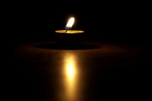 A sötétség peremén nyílik meg az a tér, ahol az álmok a mesékkel összeérnek és valósággá lesznek.